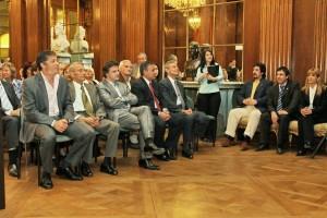 Primera fila de Autoridades en el Salón San Martín de la Legislatura.